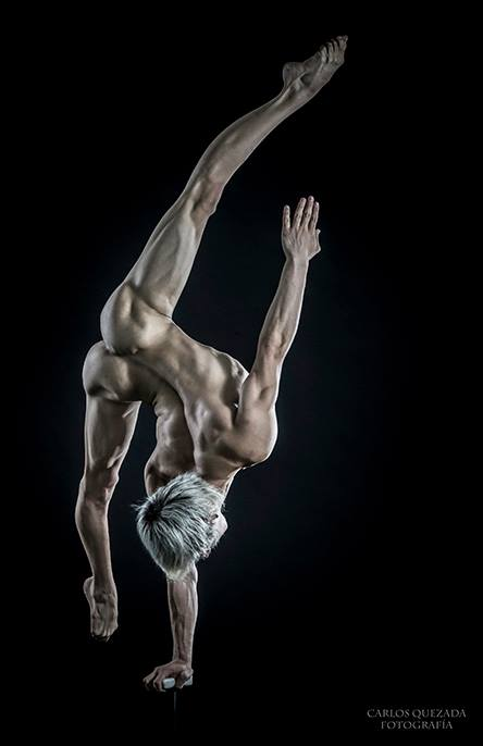 The Male Dancer Project : CORPOS- Yefim Pastrana - México. Equilibrista de Manos IV.