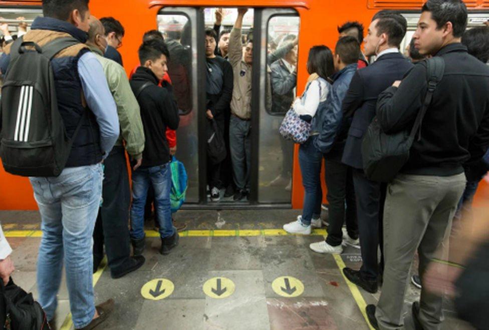 gente-formada-metro-hombres