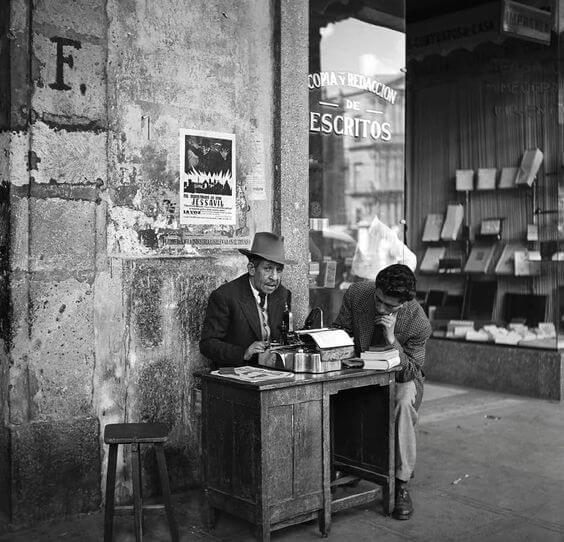 Escribano en la Plaza Santo Domingo