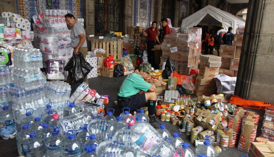 70910109. México  10 Sep. 2017 (Notimex-Guillermo Granados).- Como una muestra de solidaridad con los damnificados en Oaxaca por el sismo de.2 grados Richter ocurrido el pasado jueves, los capitalinos acuden a realizar sus donativos al centro de acopio del Zócalo de la Ciudad de México.  NOTIMEX/FOTO/GUILLERMO GRANADOS/GGV/DIS/SISMO17