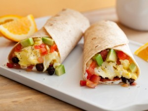 Burritos con huevo a la mexicana (Egg burrito with tomato, onion, green chili sauce)