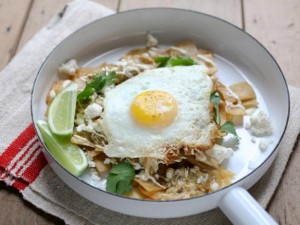 Chilaquiles con huevos (eggs with chilaquiles aside)