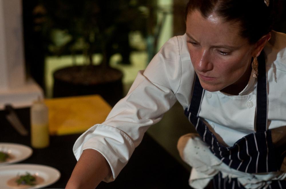 elena-reygadas-ensambla-uno-de-sus-platillos-en-la-segunda-cena-de-el-saber-del-sabor-31-de-agosto-2012-oaxaca-mc3a9xico-c2a9el-saber-del-sabor-p-andrc3a9s
