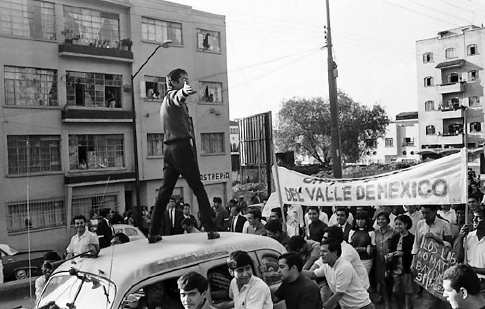 Los estudiantes avanzan por la avenida Melchor Ocampo, a una cuadra de la Calzada México-Tacuba; es una fotografía de Pedro Meyer de 1968.