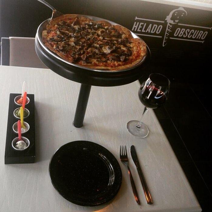 pizza con helado obscuro-