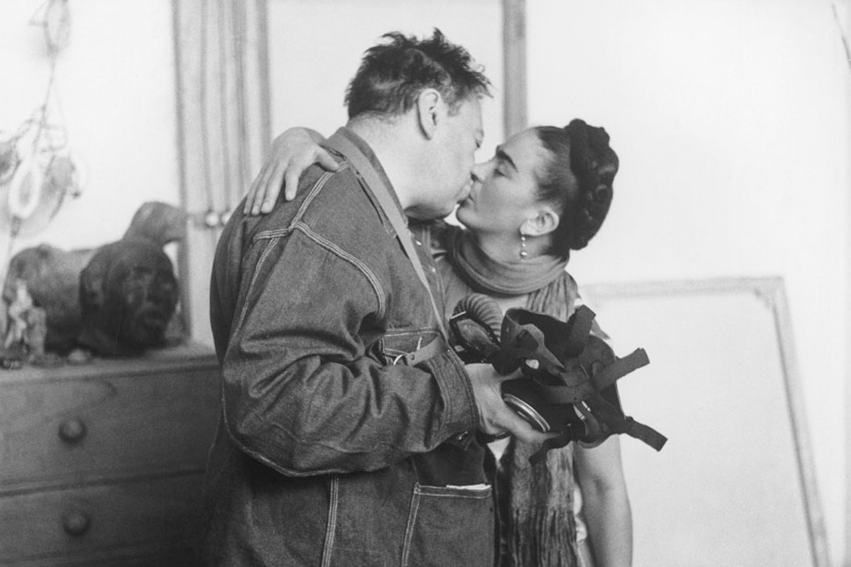 Frida kahlo y diego rivera inmortalizan su historia en una for Cuartos decorados de frida kahlo
