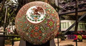 4f8daec0dc86 Arte Huichol homenajea al fútbol exhibiendo hermosos abalorios esféricos