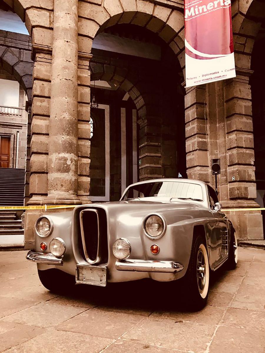 Autos Clasicos Y Hermosas Pin Ups En El Palacio De Mineria