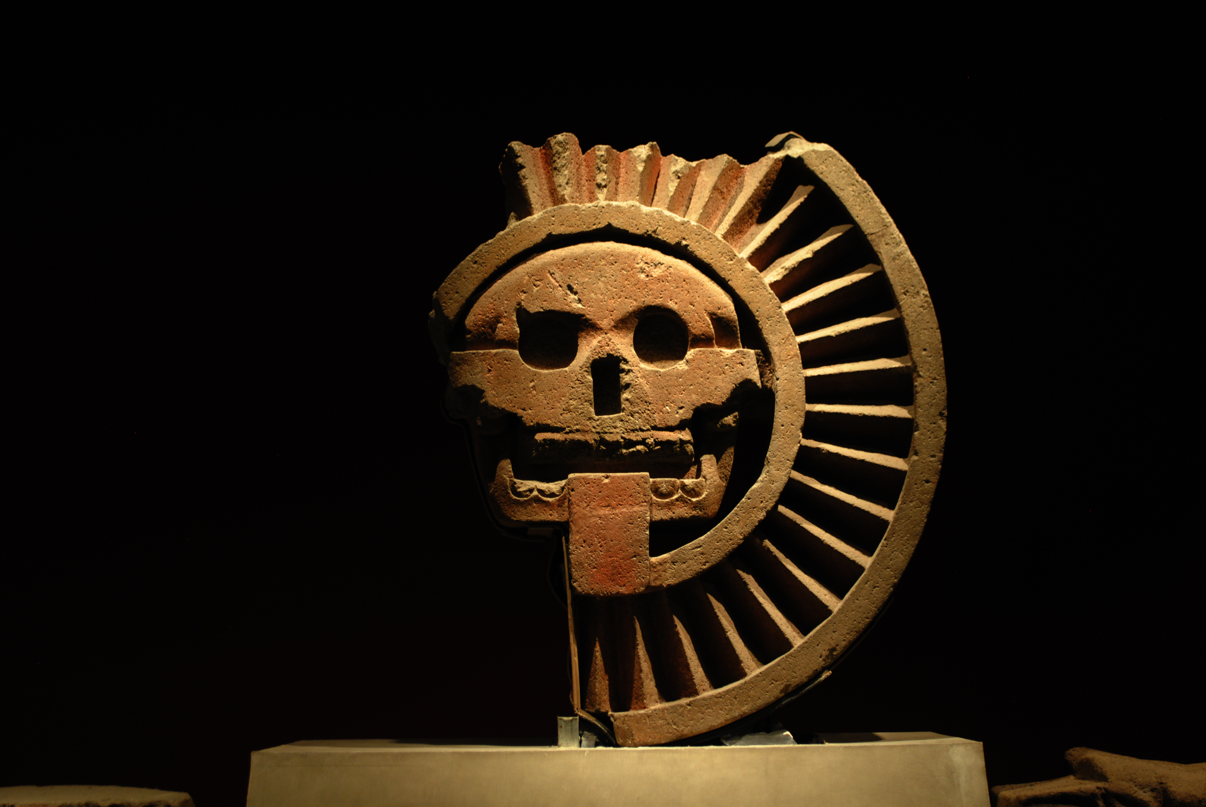 [Image: MNA_-_Sala_Teotihuacan_-_Disco_de_la_muerte.jpg]