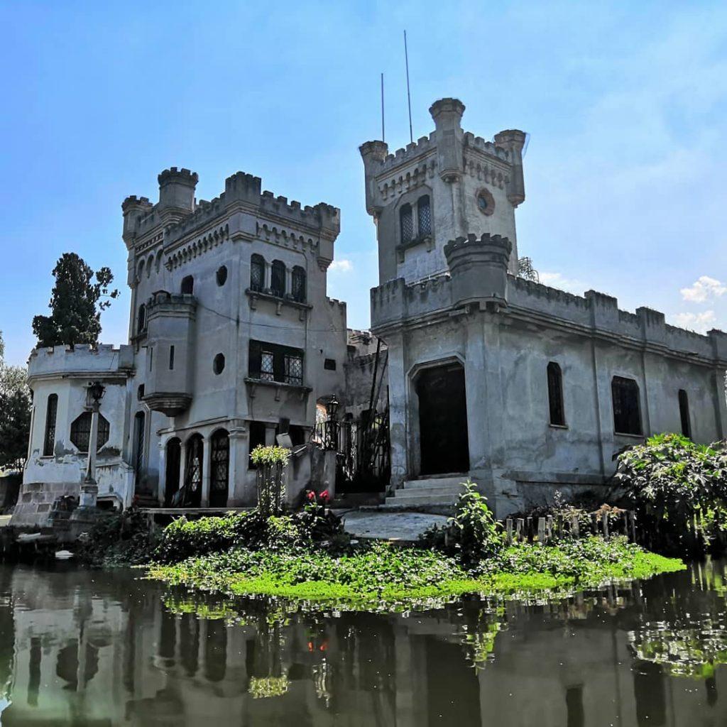 El castillo en Xochimilco es uno de los lugares más representativos de este destino.